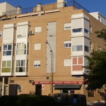 Edificio de viviendas y trasteros en campamento, Madrid2003