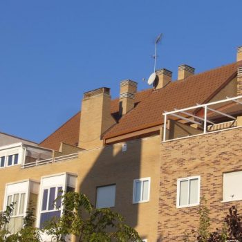 edificio de viviendas y garajes en calle Sebastian Alvaro, Madrid 2004.